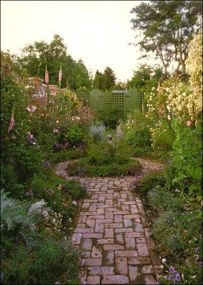 Мощеная дорожка к калитке сада