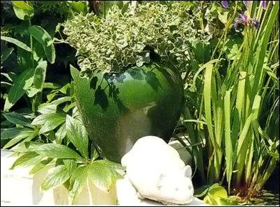 Зеленая ваза и гипсовая мышка