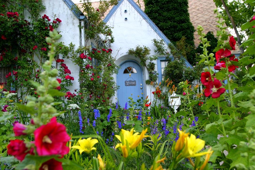 Небольшой сад расположенный перед
