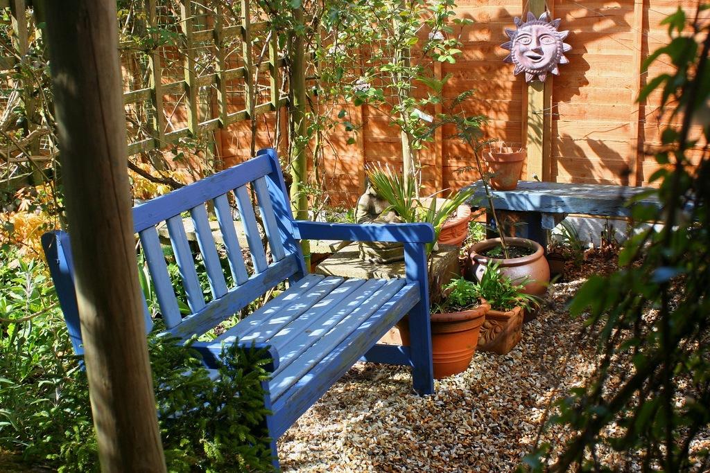 Современная деревянная садовая скамейка в стиле кантри.