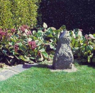 Акцент в саду с помощью камня