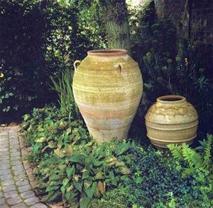 Герамические горшки как украшение сада