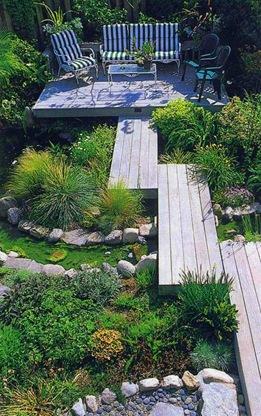 Деревянные мостки на узком участке сада