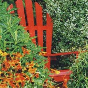 Идея для сада - яркая мебель