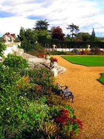 Площадка из гравия, скамейка и газоны - в ландшафтном стиле